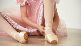 Маленькая балерина в розовом платье сток-видео