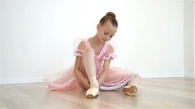 Маленькая балерина в розовом платье видеоматериал