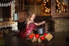 Маленькая ведьма в костюме и шляпы колдуют бак, hallowee детства Стоковое Фото