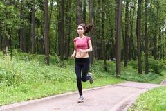 Маленькая девочка бежать в лесе лета Стоковые Фотографии RF