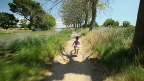 Маленькая девочка бежать вдоль следа пути в природе акции видеоматериалы