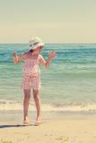 Маленькая девочка бежать и играя на пляже Изображение tinte Стоковые Фотографии RF