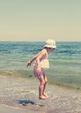 Маленькая девочка бежать и играя на пляже Стоковое Изображение RF