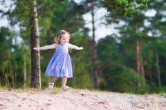 Маленькая девочка бежать на песчанных дюнах Стоковые Фотографии RF