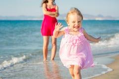 Маленькая девочка бежать на пляже Стоковое Изображение RF