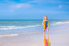 Маленькая девочка бежать на пляже Стоковые Фото