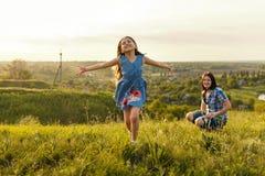 Маленькая девочка бежать на луге Стоковые Изображения