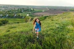 Маленькая девочка бежать на луге Стоковые Фотографии RF