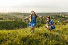 Маленькая девочка бежать на луге Стоковая Фотография