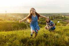 Маленькая девочка бежать на луге Стоковое фото RF