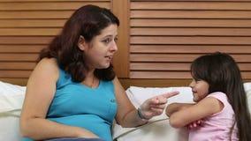Маленькая девочка будучи заземлянным ее матерью видеоматериал