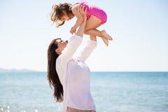 Маленькая девочка вверх в воздухе Стоковая Фотография RF