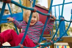 Маленькая девочка взбираясь веревочки стоковые изображения rf
