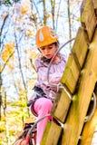 Маленькая девочка взбираясь в парке приключения Стоковая Фотография RF
