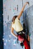 Маленькая девочка взбираясь стена утеса крытая Стоковые Фото