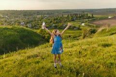 Маленькая девочка выпивает минеральную воду Стоковые Фото