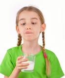 Маленькая девочка выпивает молоко от стекла Стоковые Изображения RF