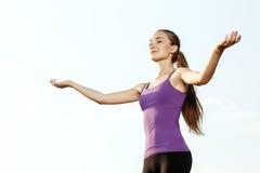 Маленькая девочка выполняя йогу внешнюю Стоковые Изображения