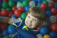 Маленькая девочка в бассейне с шариками Стоковые Фото
