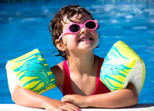 Маленькая девочка в бассейне Стоковое фото RF