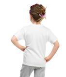 Маленькая девочка в белой футболке стоковые фотографии rf