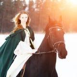 Маленькая девочка в белых платье и верховой лошади накидки Стоковое фото RF