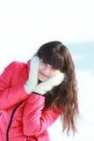 Маленькая девочка в белых mittens Стоковое Фото