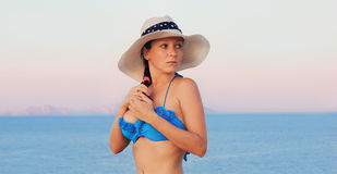 Маленькая девочка в бикини и шляпе Стоковые Изображения