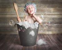 Маленькая девочка в ванне олова с пузырями стоковые изображения rf