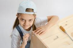 Маленькая девочка в винте мебели сборника платья привинтила Ален Стоковые Изображения RF