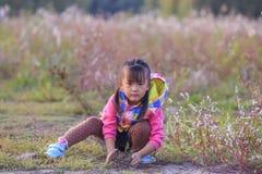 Маленькая девочка в внешней игре Стоковое фото RF
