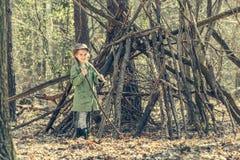 Маленькая девочка в деревянной близко хате Стоковые Фото