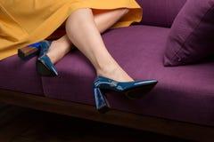 Маленькая девочка в желтой юбке и голубых ботинках стоковое изображение rf