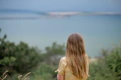 Маленькая девочка в желтом платье Стоковое Фото
