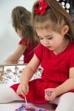 Маленькая девочка в зеркале стоковое фото rf