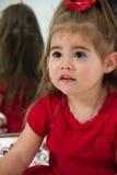 Маленькая девочка в зеркале стоковые фото