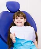 Маленькая девочка в зубоврачебной клинике Стоковая Фотография