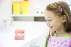 Маленькая девочка в зубоврачебном офисе, усмехаясь Стоковое Изображение RF