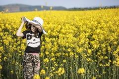 Маленькая девочка в канола поле Стоковое Изображение RF