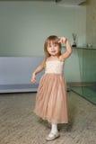 Маленькая девочка в красивом платье играет дома стоковые изображения rf