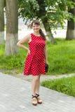 Маленькая девочка в красивом платье на прогулке Стоковые Фото