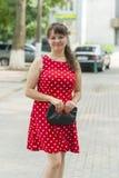 Маленькая девочка в красивом платье на прогулке Стоковое Фото