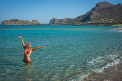 Маленькая девочка в красном бикини на пляже Крита Стоковая Фотография RF