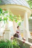 Маленькая девочка в красочных платье и цветках Стоковые Фотографии RF