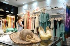 Маленькая девочка в магазине одежды женщин Стоковое Изображение RF