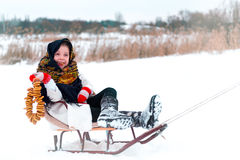 Маленькая девочка в меховой шыбе с бейгл стоковое фото