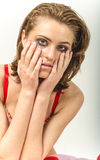 Маленькая девочка в нижнем белье в кровати плача и обтирая срывает мазать ее руки Стоковые Фото