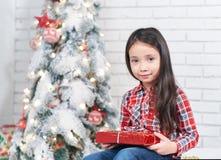 Маленькая девочка в ожидании Новый Год Стоковое фото RF