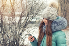 Маленькая девочка в парке зимы около реки Стоковое фото RF