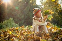 Маленькая девочка в парке осени Стоковые Фотографии RF
